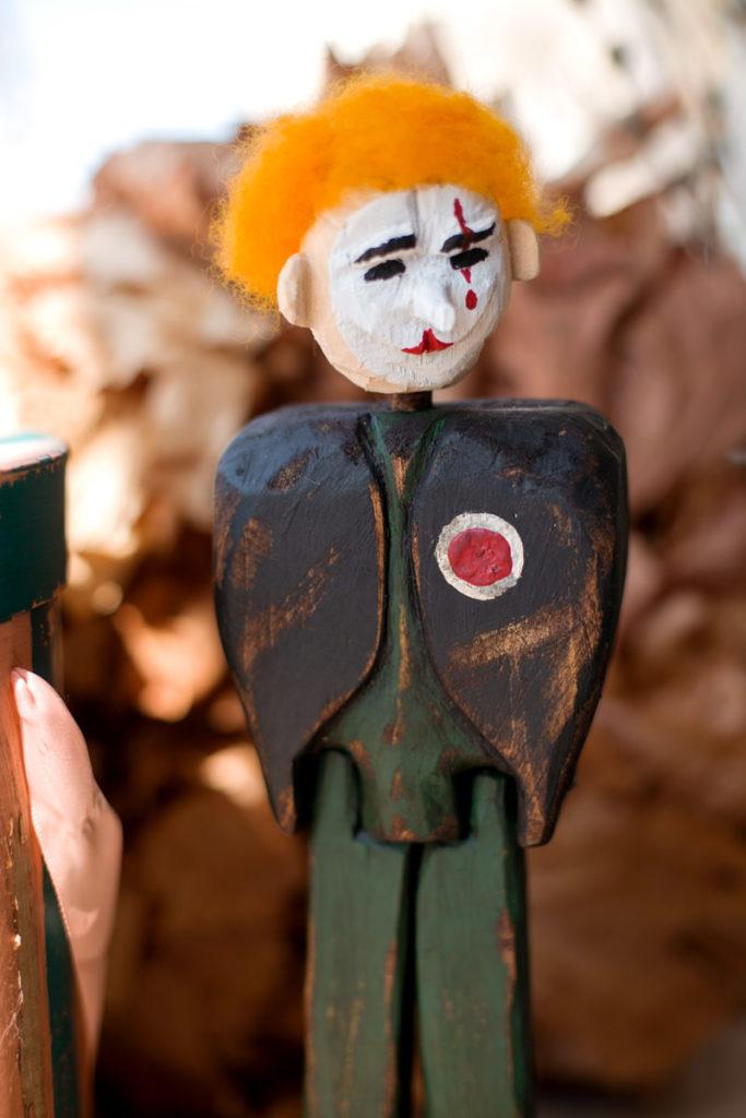 деревянная статуэтка раненный ангел