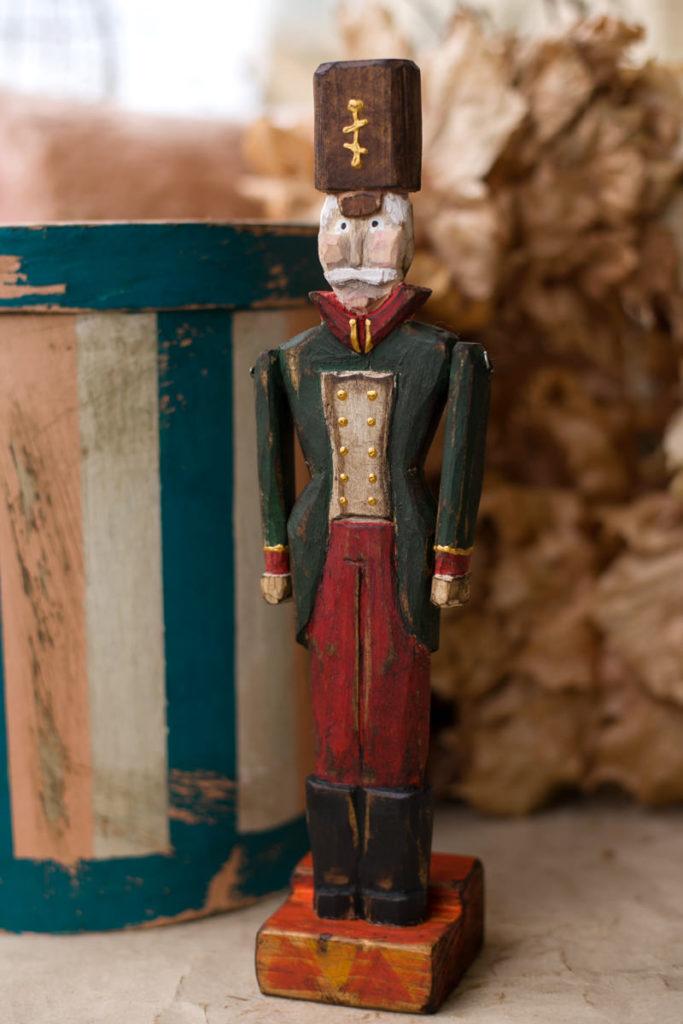 Новогодний деревянный солдатик